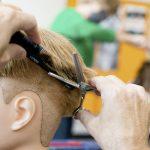 Schüler beim Haare schneiden