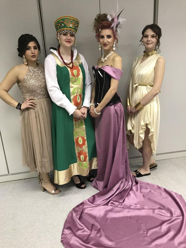 Schülerinnen zeigen Kreative Kleider