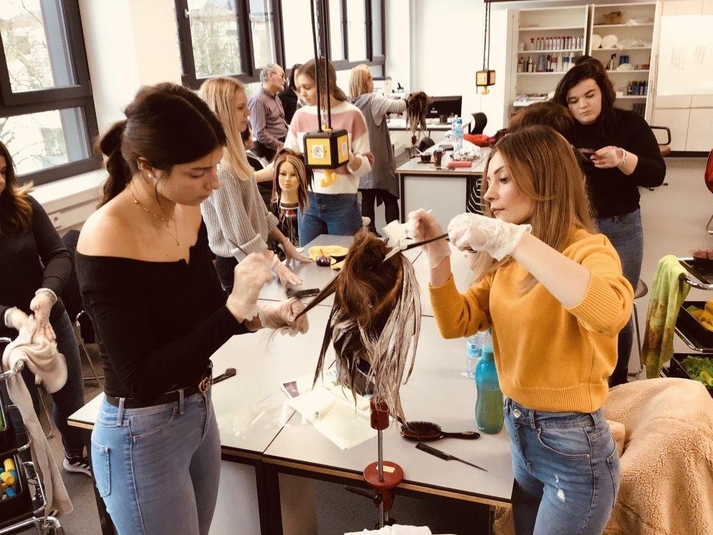 Schüler beim Haare färben