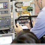 Lehrkraft demonstriert die Überwachung der 4.0-Anlage mittels iPad