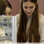 2 Schülerinnen an Anlage 4.0