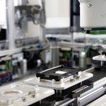 Roboter setzt Platine in Gehäuse ein