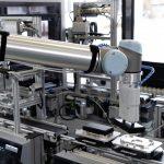 Roboter entnimmt Produkt
