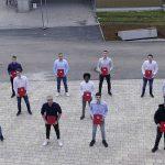 Schüler der M4AH mit Zeugnis und Lehrer