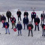 Schüler der M4WZ mit Zeugnis und Lehrerin