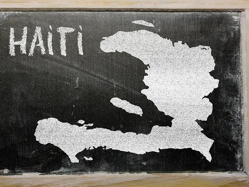 Schultafel mit Schriftzug und Karte Haiti
